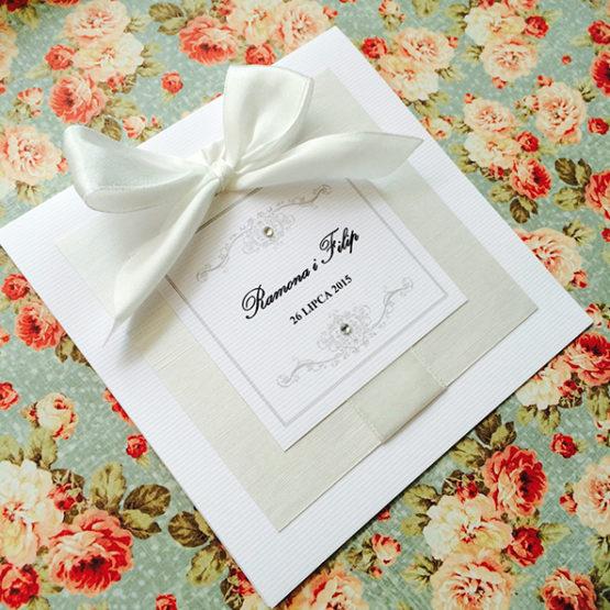 Zaproszenie Bagatel z wklejoną kokardą – biały