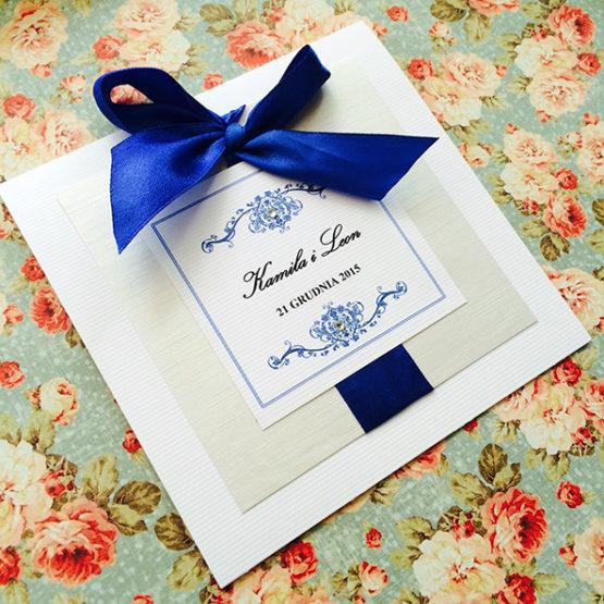 Zaproszenie Bagatel z wklejoną kokardą – kobaltowy